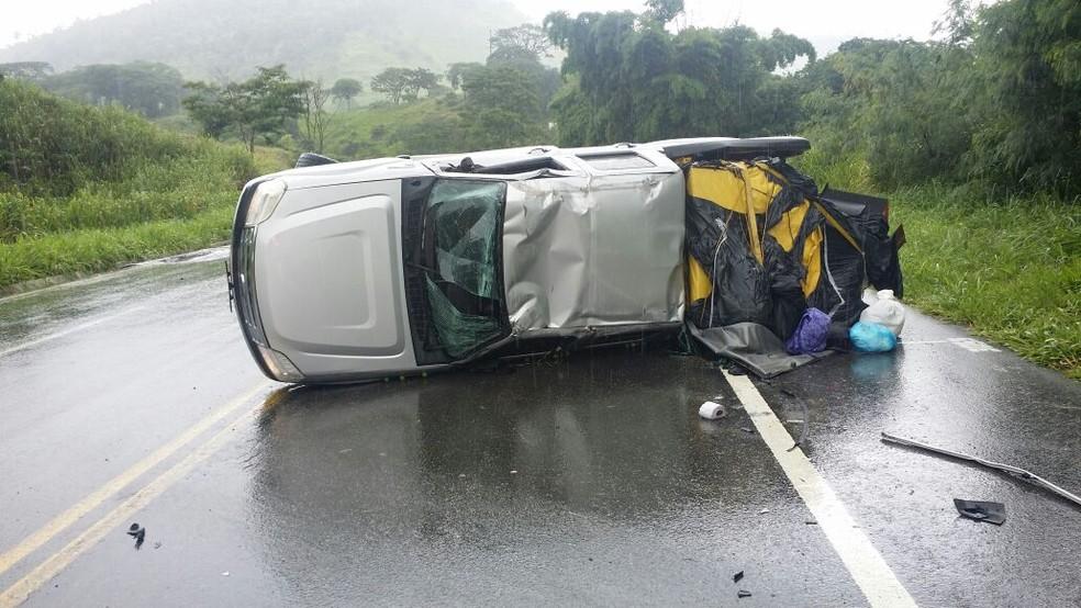 Carro capotou na BR-116 (Foto: Polícia Rodoviária Federal/ Divulgação)