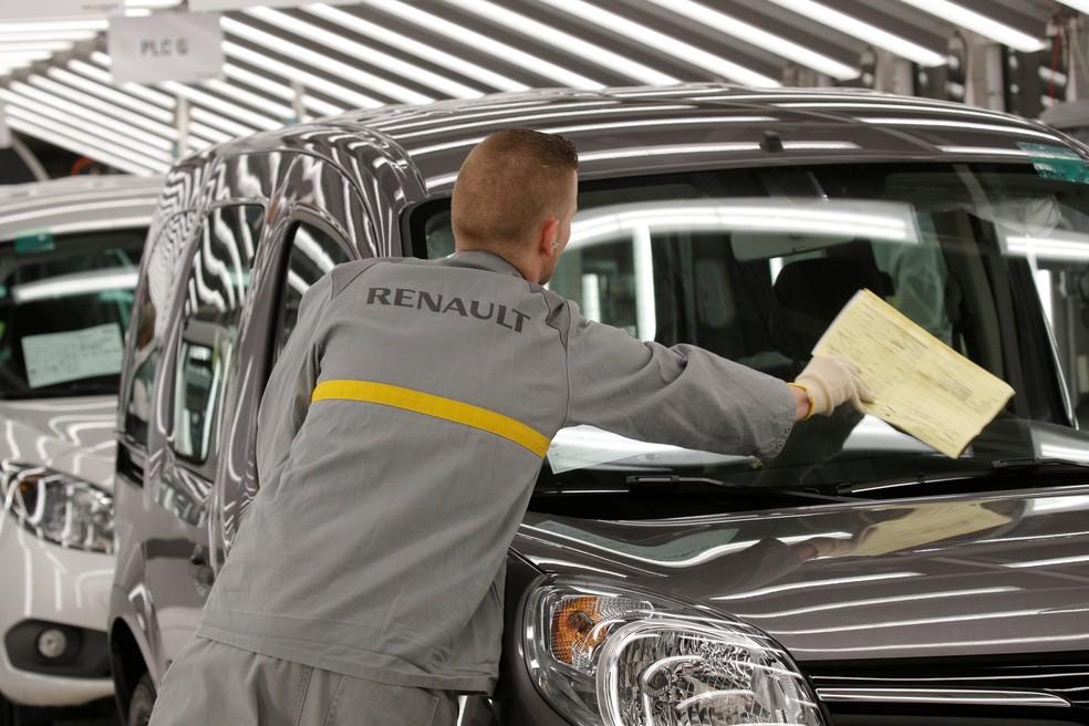 Funcionário trabalha na fábrica da Renault em Maubeuge, na França — Foto: Philippe Wojazer/Reuters