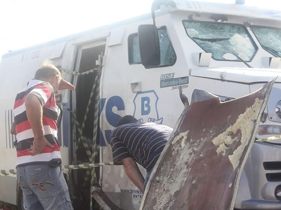 Em 2012, criminosos explodiram cofre de carro-forte usando explosivos, segundo a polícia — Foto: Thielli Bairros