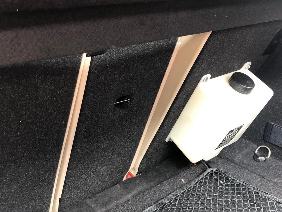Carro de luxo tinha no porta malas um galão e um sistema injetor de metanol, o que é proibido — Foto: Felícia Arbex/TV Cabo Branco