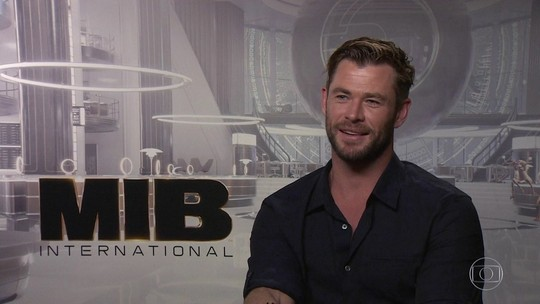 Chris Hemsworth divide com Tessa Thompson a pressão de substituir Will Smith e Tommy Lee Jones em 'MIB'