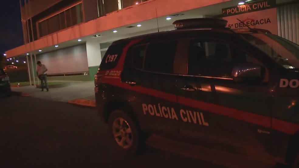 Carro da Polícia Civil do DF em frente à 5ª DP (Foto: TV Globo/Reprodução)