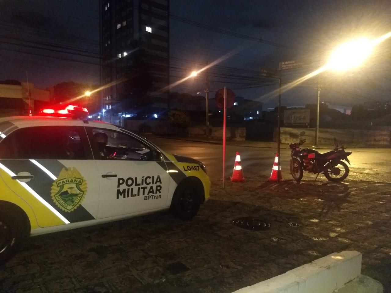 Adolescente bate moto contra carro e fica gravemente ferido em Curitiba, diz PM - Noticias