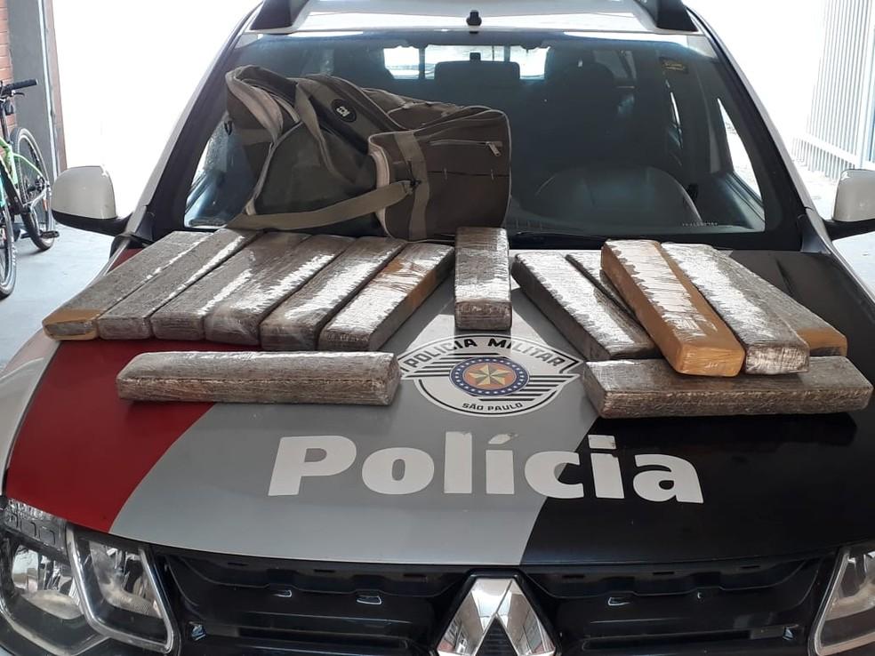 Homem foi preso por tráfico de drogas após PM encontrar maconha em sua mochila — Foto: Polícia Militar
