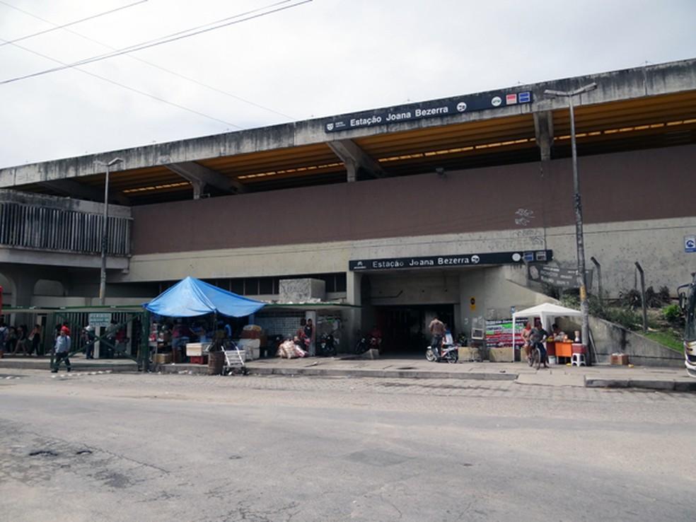 Atropelamento aconteceu próximo à Estação Joana Bezerra, no Recife (Foto: Katherine Coutinho/G1)