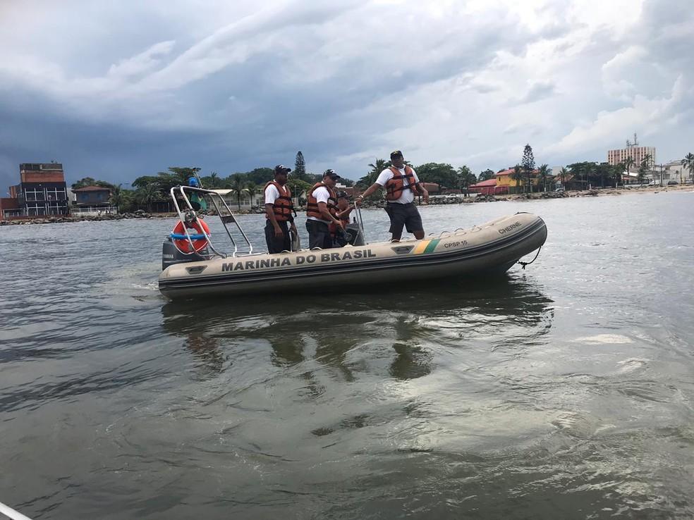 Buscas são realizadas por equipes da marinha e dos bombeiros na costa de Itanhaém, SP — Foto: G1 Santos