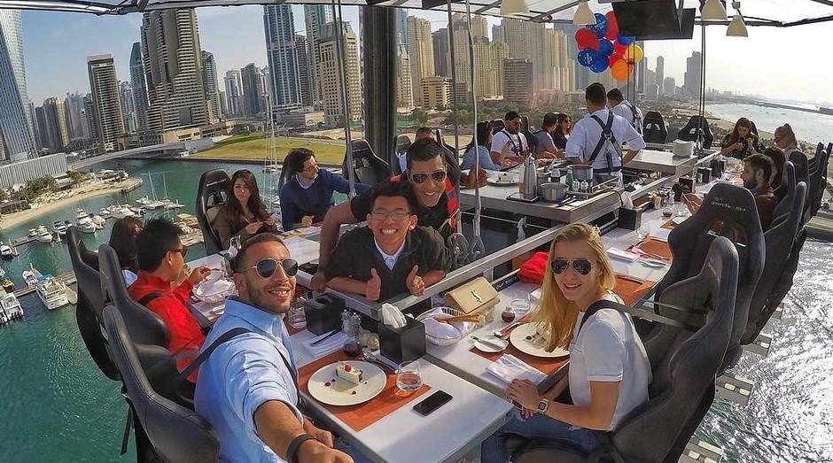 Equipe e clientes se divertem no restaurante Dinner in the Sky (Foto: Divulgação)