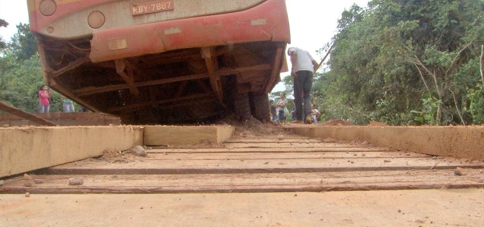 Ônibus ficou preso em ponte — Foto: TVCA/Reprodução