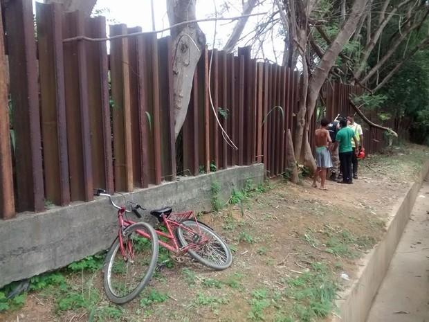 Uma bicicleta teria sido deixada pela dupla, próximo ao cercado que deveria impedir o acesso de pessoas à linha.  (Foto: Diego Souza/G1)