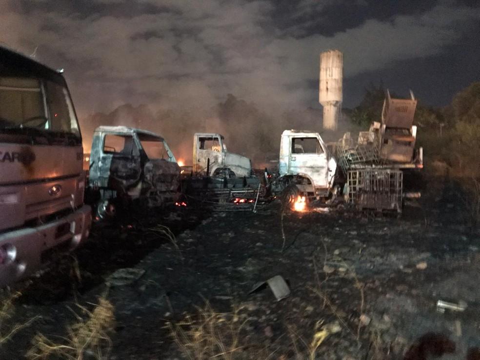 Carros foram danificados pelo fogo, em Santo Amaro, no Recife — Foto: Wellington Pereira/TV Globo