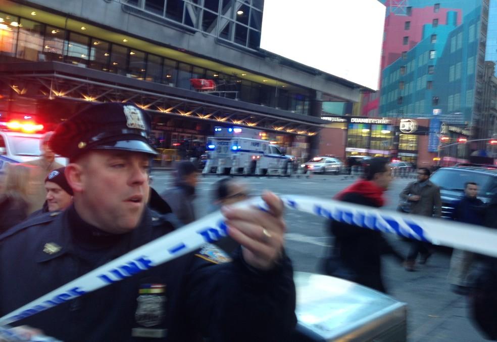 Policial bloqueia acesso a esquina da 8ª Avenida com a rua 42, em Nova York, onde explosão teria sido registrada (Foto: Charles Zoeller/AP)