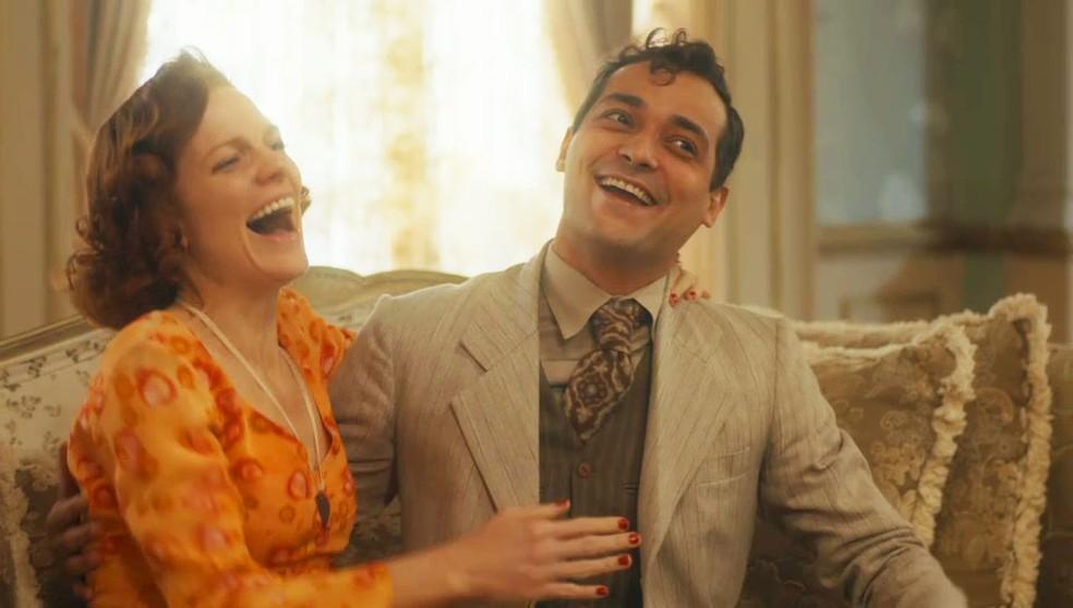 Zeca (Eduardo Sterblitch) e Olga (Maria Eduarda de Carvalho) comemoram recontratação em 'Éramos Seis' — Foto: Globo