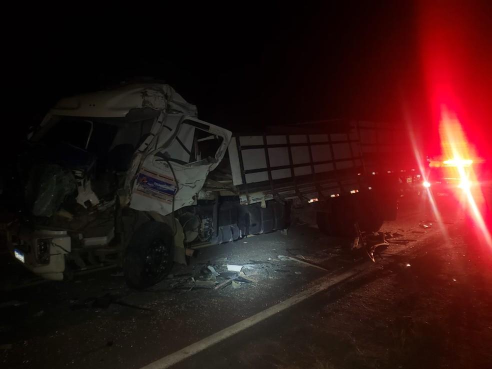 Informações preliminares apontam que a batida foi provocada durante uma passagem indevida feita pelo motorista do caminhão, — Foto: Polícia Rodoviária Federal (PRF)
