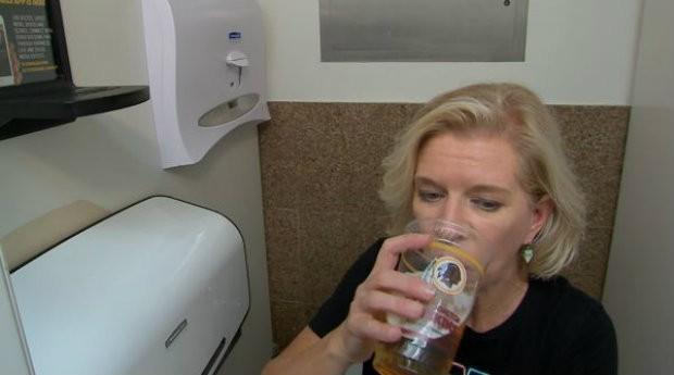 As pessoas podem usar a LavCup para deixar sua bebida enquanto usam o banheiro (Foto: Divulgação)