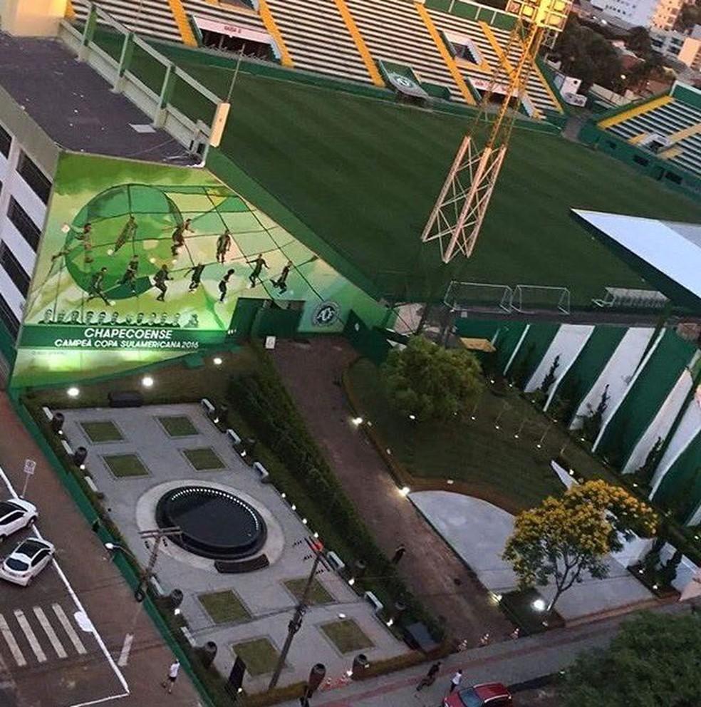 Mural e praça serão inaugurados ao lado da Arena Condá (Foto: Reprodução/Twitter)