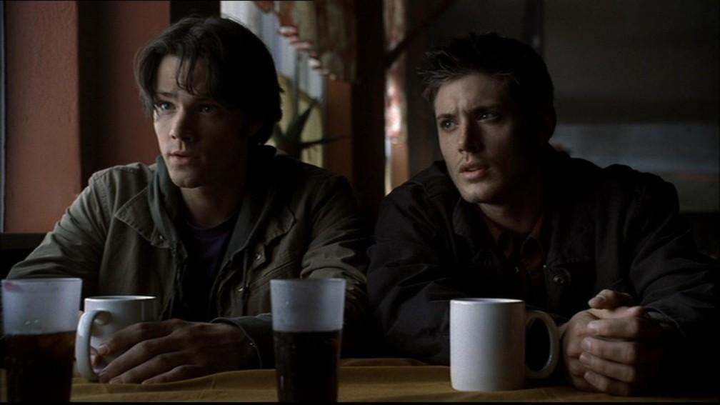 Jared Padalecki e Jensen Ackles em cena da primeira temporada de 'Supernatural', exibida em 2005 — Foto: Divulgação