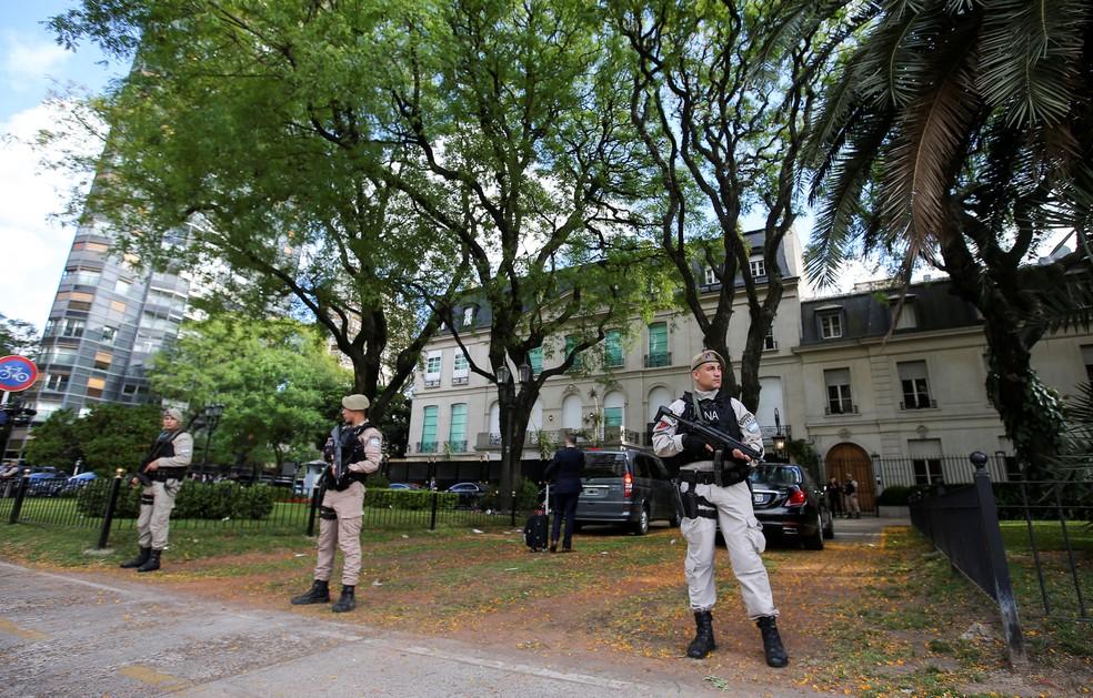 Guardas fazem a segurança da embaixada da Arábia Saudita em Buenos Aires — Foto: Agustin Marcarian/Reuters