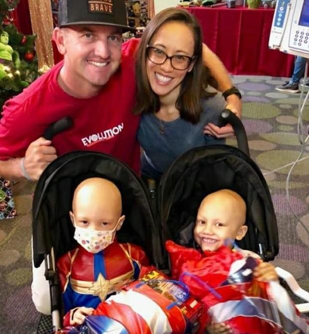 Os pais, Dundan e Nohea, com os filhos durante o tratamento (Foto: Reprodução Instagram)