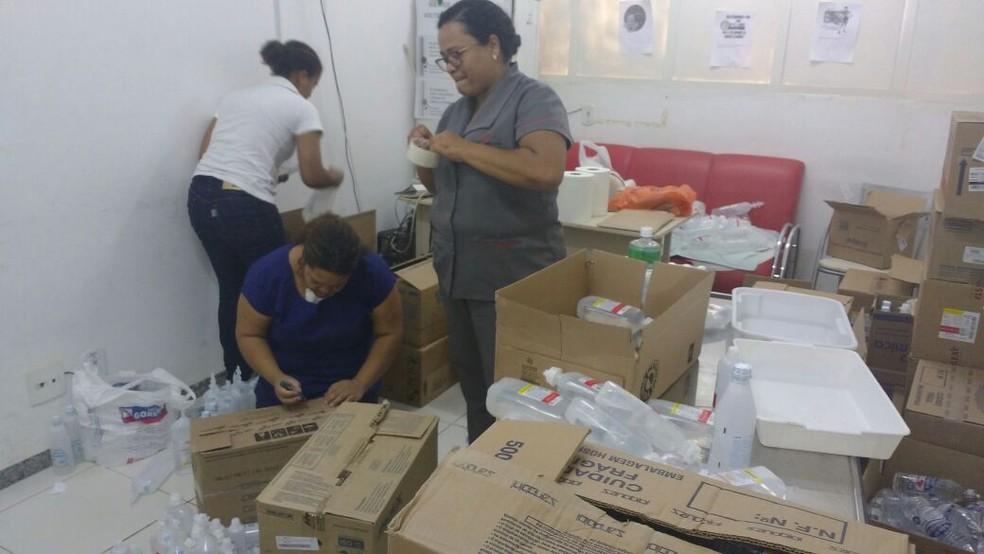Funcionárias do hospital de Janaúba trabalham na triagem do material usado no tratamento de queimaduras (Foto: Juliana Peixoto/G1)