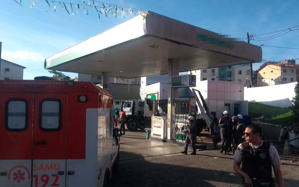Acidente na entrada do Trobogy, em Salvador, deixou feridos na manhã desta terça-feira (17) (Foto: Adriana Oliveira/TV Bahia)