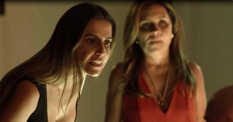 Karola também despeja toda a sua ira para cima do torturador (Foto: TV Globo)