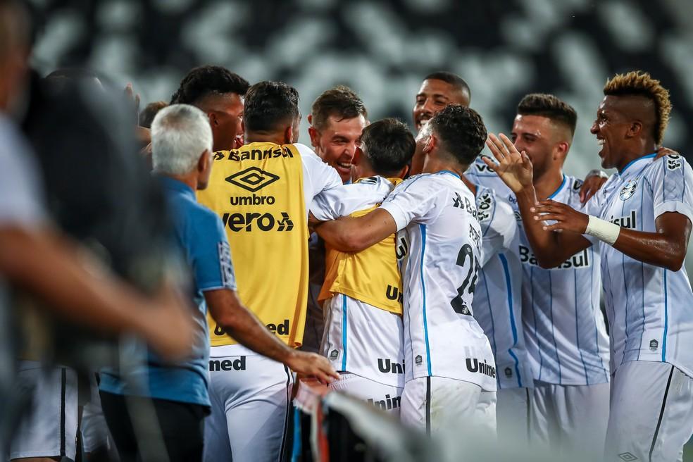 Gremistas comemoram o gol de Churín, o terceiro na goleada — Foto: Lucas Uebel/Grêmio