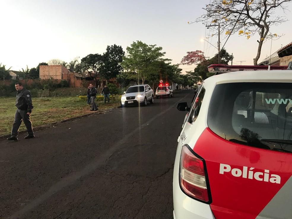 Um dos carros foi abandonado na Avenida Engenheiro Xerxes em Bauru  (Foto: Gabrielle Gabas/ TV TEM )