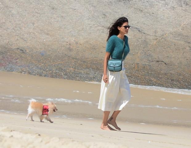 Raica Oliveira passeando por Itacoatiara, em Niterói (Foto: Webert Belício/Agnews)