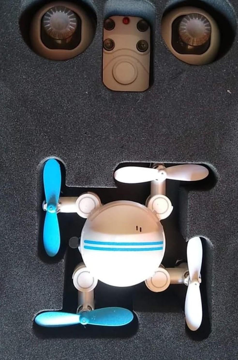 Garoto ganhou um mini drone do pai, que está trabalhando em Tabatinga, no Amazonas  — Foto: Andrezza Holanda/Arquivo pessoal