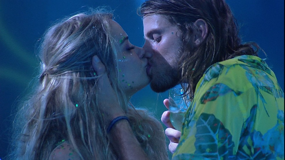 Marcela e Daniel se beijam — Foto: Globo