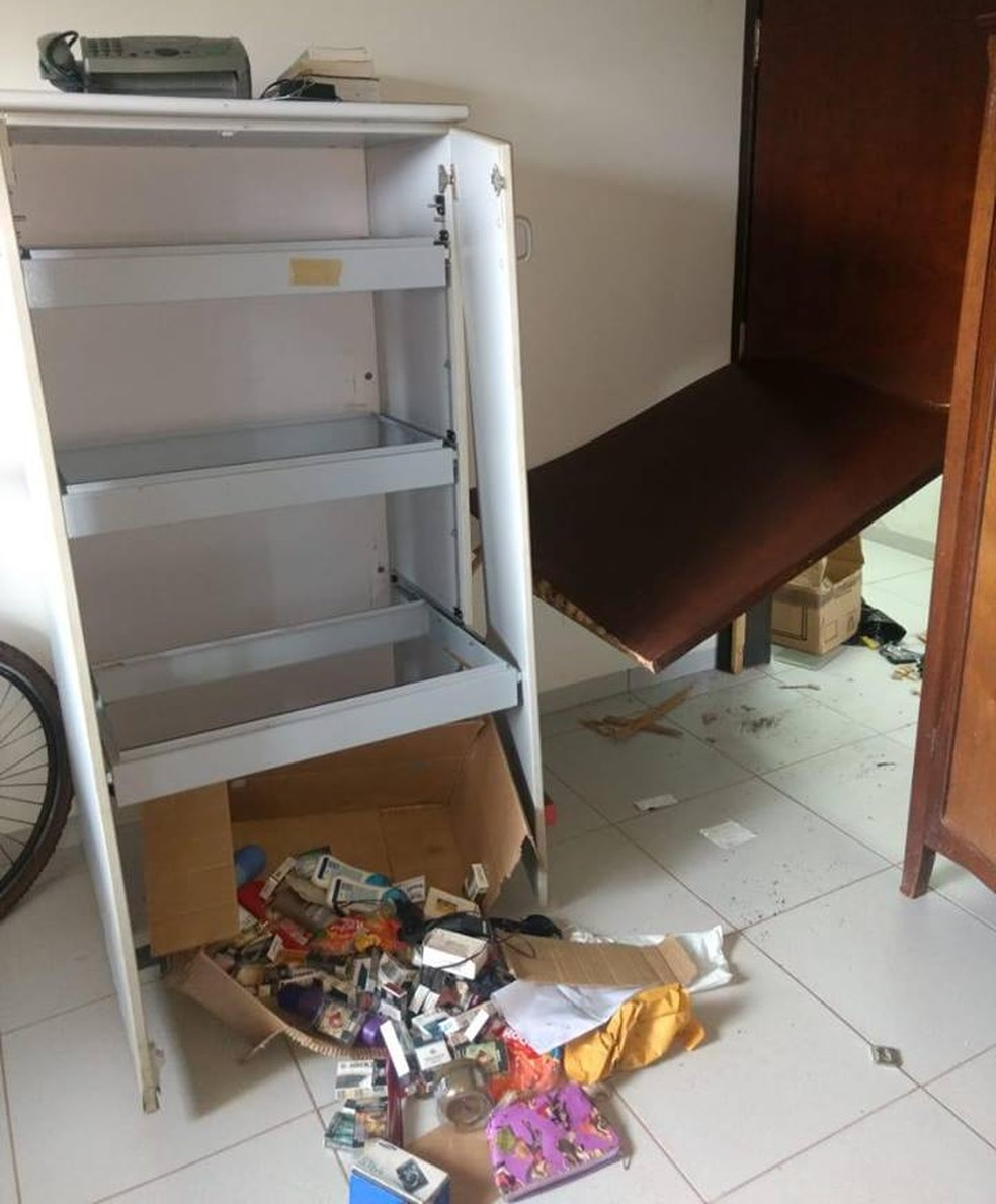 Criminosos quebraram a porta para invadir o prédio — Foto: Divulgação