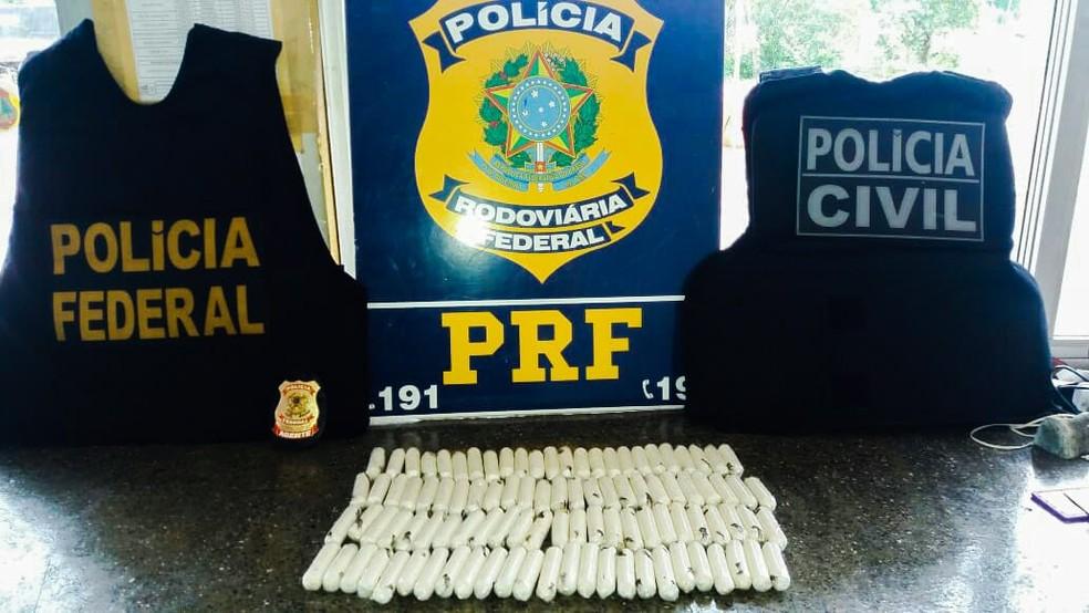 Africano disse que levaria cocaína do Rio Branco, do Acre, até São Paulo, onde a entregaria a um desconhecido — Foto: Polícia Rodoviária Federal de Mato Grosso/Assessoria