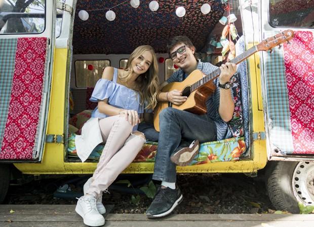 Isabella Scherer e Mikael Marmorato nos bastidores de 'Malhação' (Foto: Divulgação/TV Globo)