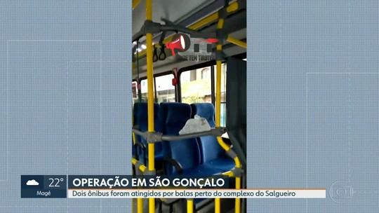 Dois ônibus são atingidos por bala perdida perto do complexo do Salgueiro