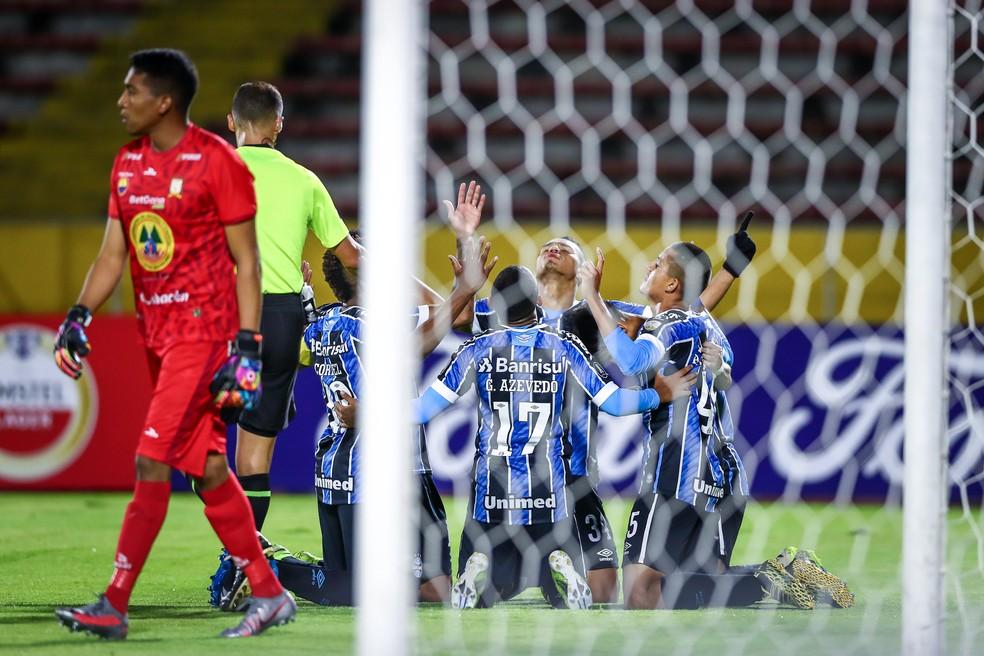 Jogadores gremistas comemoram gol sobre o Ayacucho — Foto: Lucas Uebel/DVG/Grêmio
