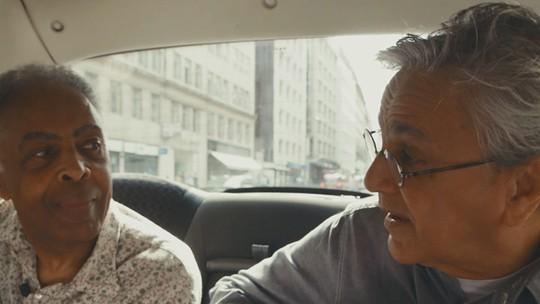 Caetano e Gil cantam dentro de um táxi em Londres