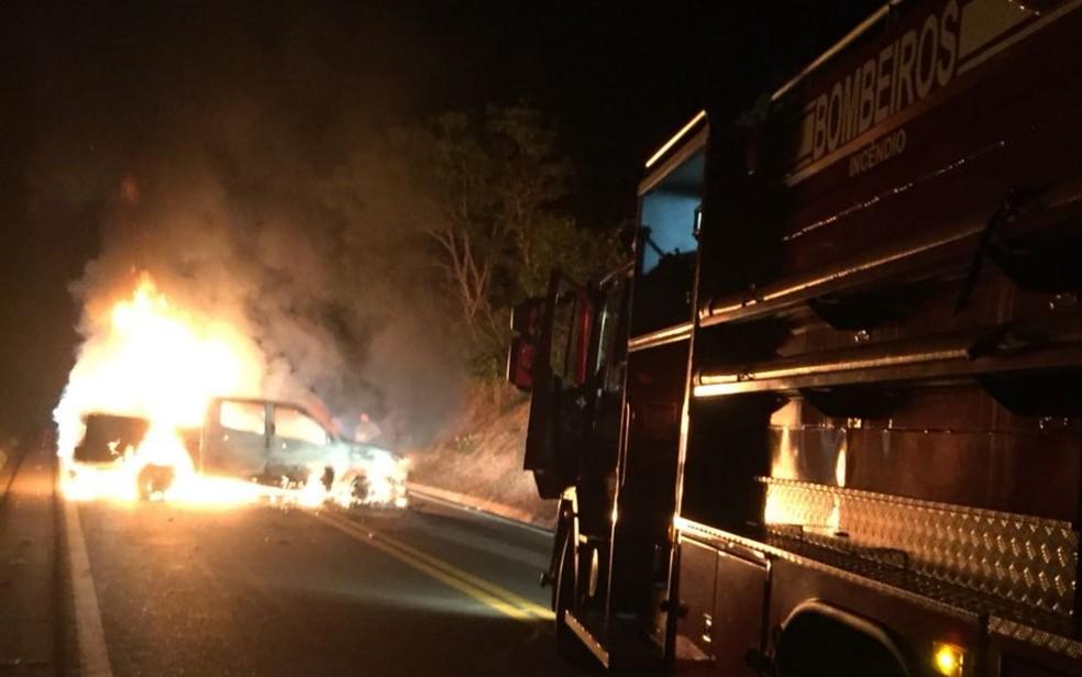 Criminosos incendiaram caminhonete para bloquear tráfego na GO-330 após os ataques (Foto: TV Anhanguera/Reprodução)