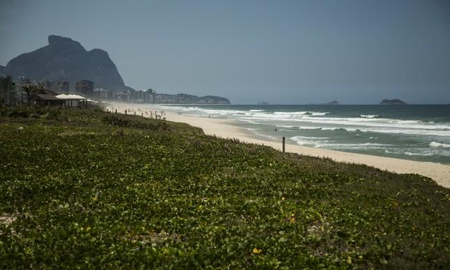 Fiscalização da Prefeitura do Rio descobre festa de swing clandestina na Praia da Reserva: 30 pessoas