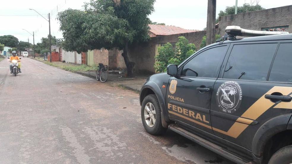 Policiais federais cumprem mandados em Paraíso do Tocantins (Foto: Naicon Lemes/TV Anhanguera)
