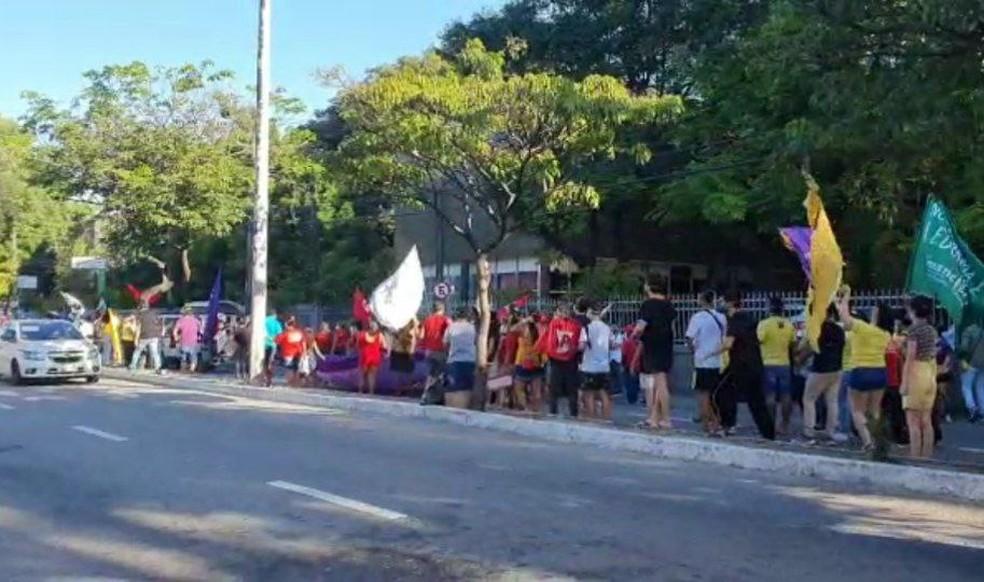 Manifestantes saem do Bairro Benfica, em Fortaleza, em protesto contra Jair Bolsonaro. — Foto: Hannah Freitas/Sistema Verdes Mares