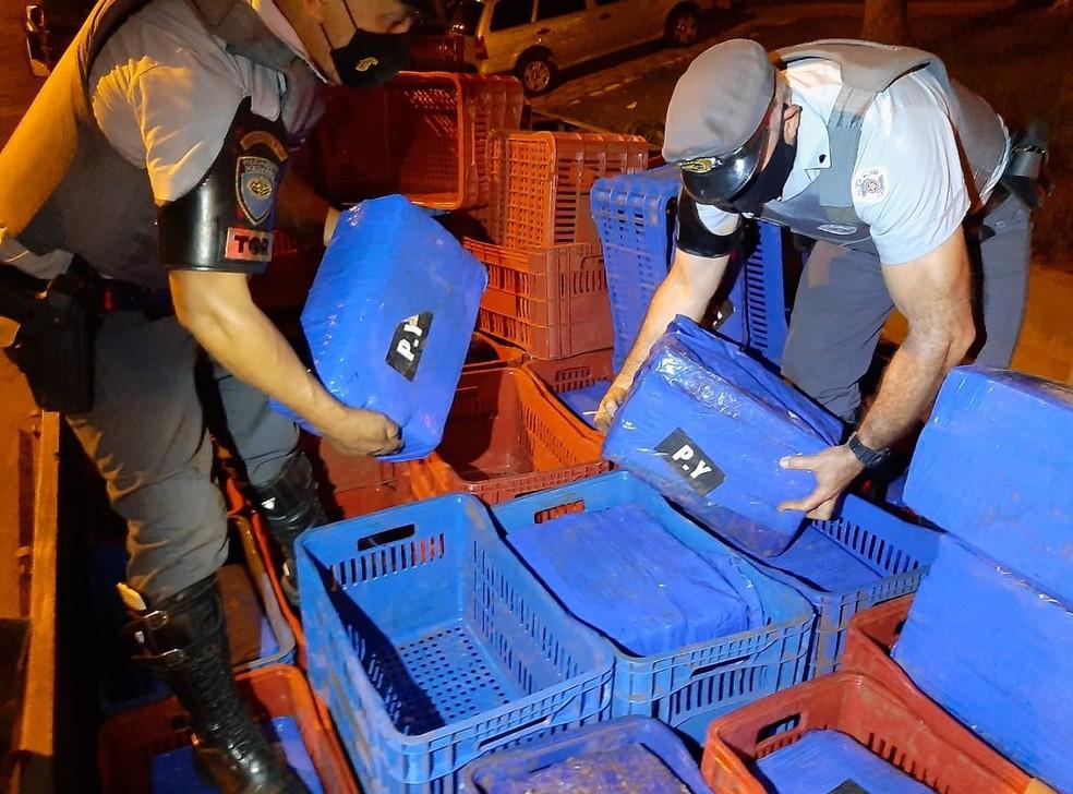 Droga estava sob e dentro de caixas, em um caminhão parado na SP-272 — Foto: Polícia Rodoviária