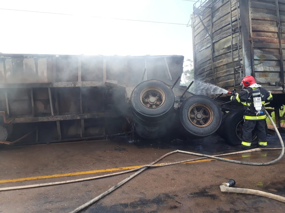 whatsapp image 2019 05 09 at 23.17.02 - Carreta que transportava pó de serra pega fogo na Transamazônica