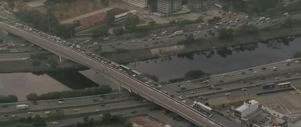 Manifestantes interditam Ponte dos Remédios durante protesto contra corte de serviços em ocupação — Foto: Reprodução TV Globo
