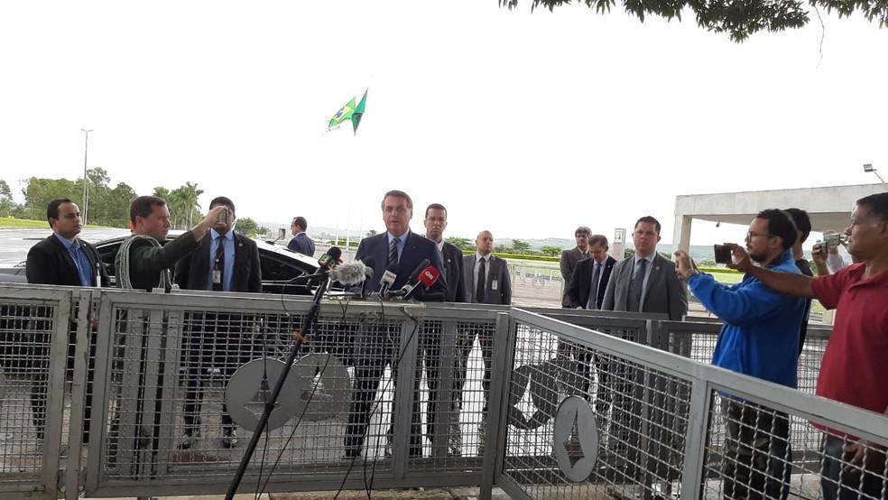 Bolsonaro falou com jornalistas na porta do Palácio da Alvorada nesta quarta-feira (25) — Foto: Guilherme Mazui/G1