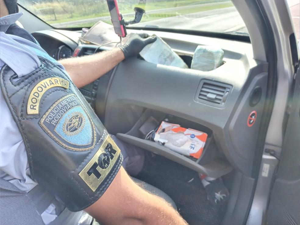 Tabletes foram encontrados em fundo falso de veículo durante vistoria — Foto: Polícia Militar Rodoviária /Divulgação