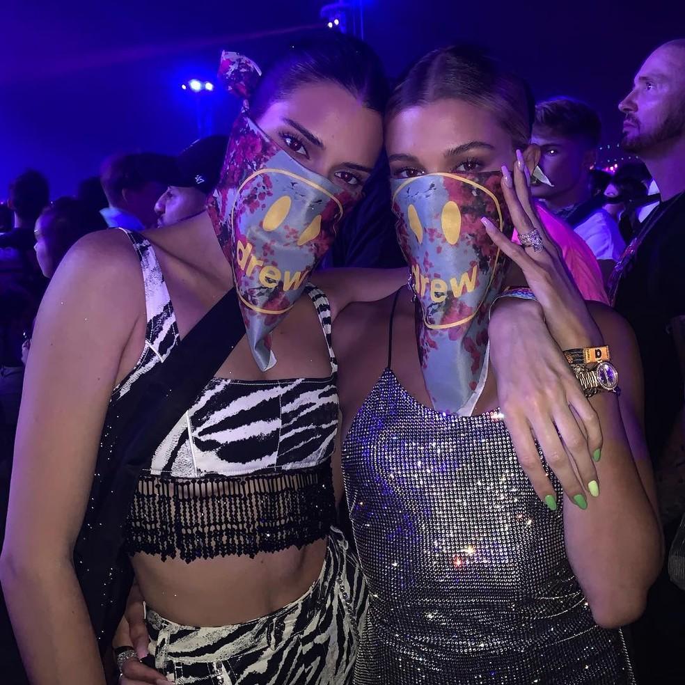 Kendall jenner e Hailey Bieber no Coachella — Foto: Reprodução/Instagram