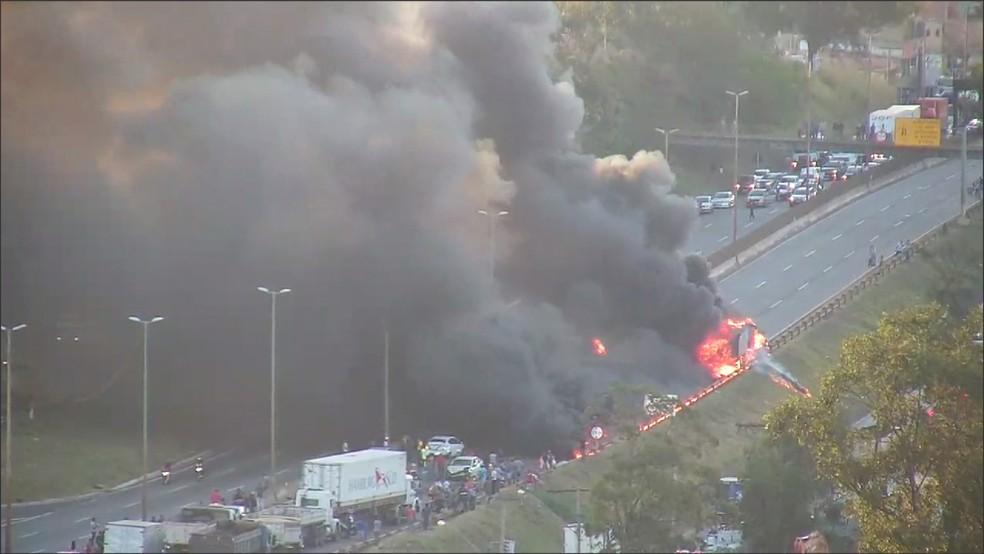 Caminhão se envolve em acidente e pega fogo no Anel Rodoviário de Belo Horizonte (Foto: Reprodução/TV Globo)