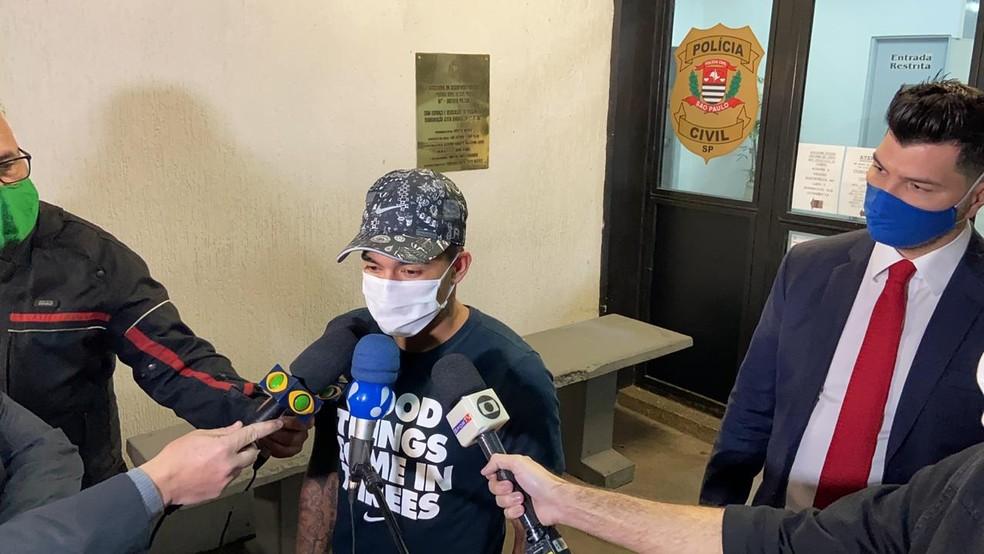 Dudu deixa delegacia em que prestou depoimento após ser acusado de agressão — Foto: Fabricio Crepaldi