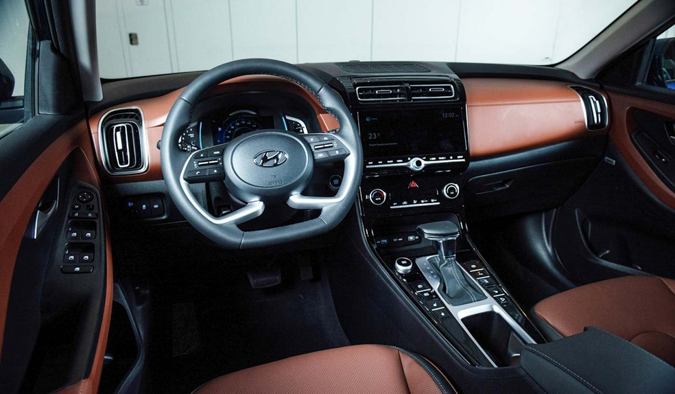 O interior das versões mais caras tem melhor acabamento e central multimídia com tela maior — Foto: Divulgação