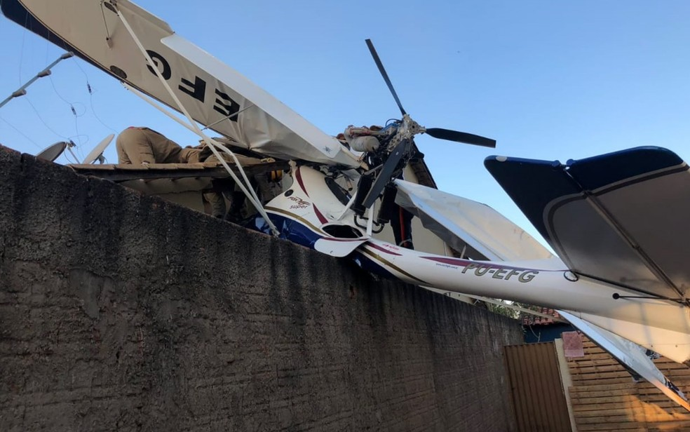 Avião cai sobre casa em Goiânia (Foto: Corpo de Bombeiros/Divulgação)